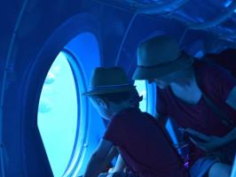 familia-dentro-del-submarino
